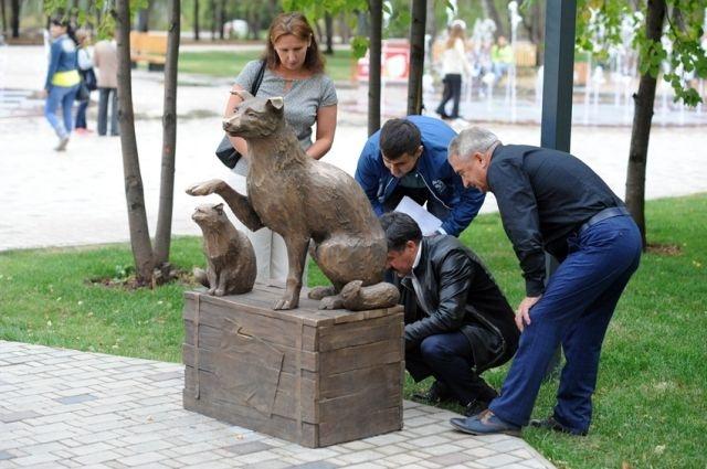Граждане Нижнекамска внесли впамятник-копилку бездомным звериным неменее 53 000 руб.