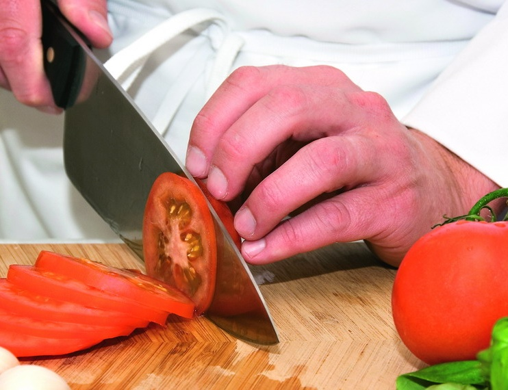 ВЧистополе кулинар своим ножом напугал преступника, вооруженного ножом