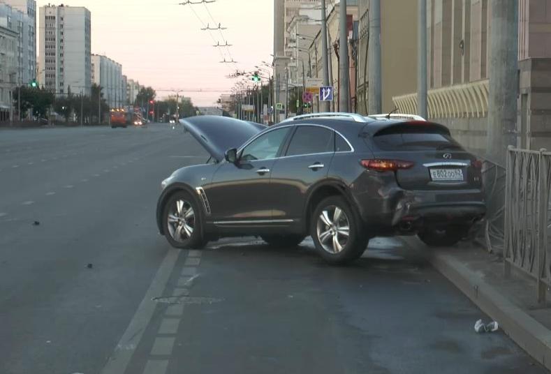 Вцентре Казани автомобиль «Инфинити» протаранил две иномарки иврезался взабор