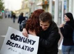 "Новости  - Флешмоб ""Давай обнимемся"" весело прошел в Казани"