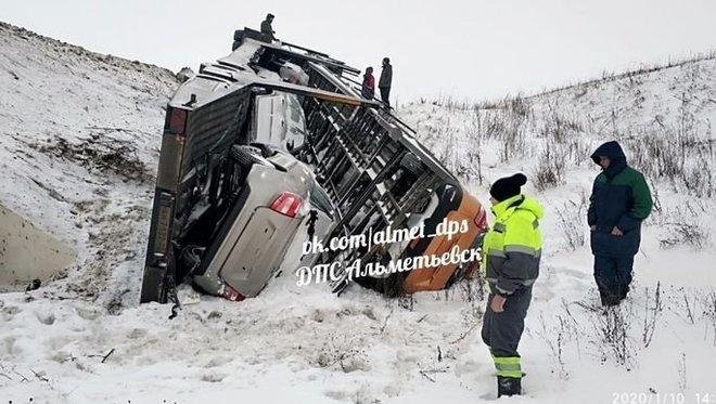 Автовоз улетел в кювет: ДТП произошло в Альметьевском районе Татарстана