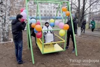 На игровой площадке ДРКБ появились качели для детей-инвалидов
