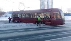 Новости Происшествия - Трамвай в Казани слетел с рельс