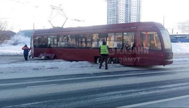 Трамвай в Казани слетел с рельс