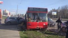 Новости  - Автобус в Казани въехал в ограждение: есть пострадавшие