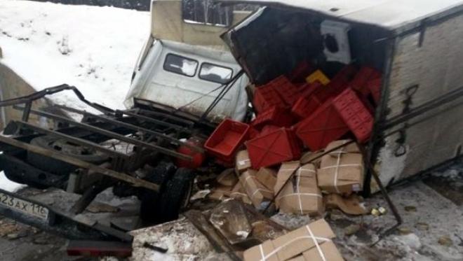 На трассе М-7 в кювет улетело грузовое авто с колбасой