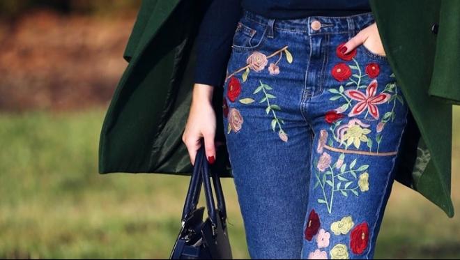 Как носить джинсы с вышивкой - тренд 2017 года