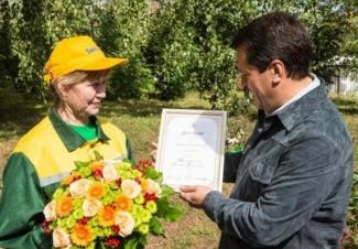 Лучшему дворнику Казани мэр вручил диплом и стиральную машину