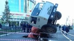 Новости  - В Казани на проспекте Ямашева под брусчатку провалился грузовик