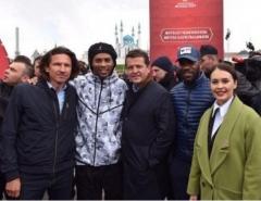 Новости  - Легендарный Роналдиньо вручил счастливчику из Казани два билета на матч Кубка конфедераций