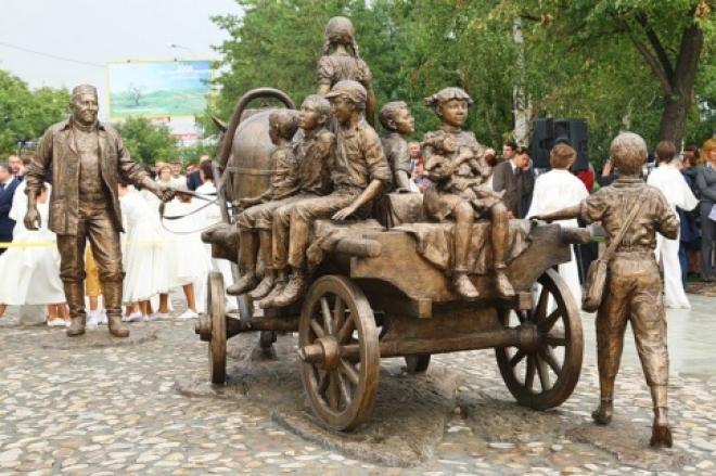 В Казани вандалы отломили руку девочке-памятнику