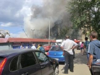 Пожар уничтожил торговый павильон на казанском рынке