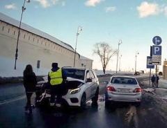 Новости  - Под Казанским кремлём на встречке столкнулись BMW и Mercedes
