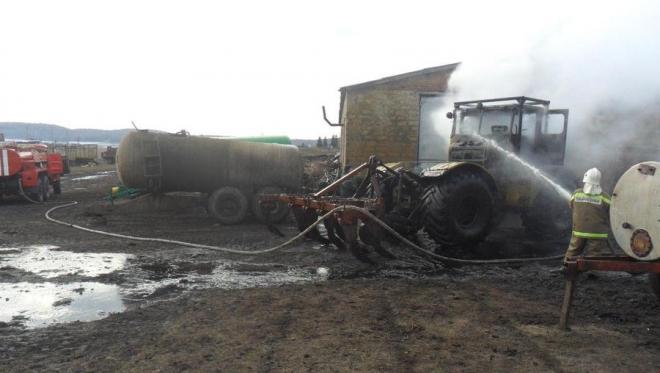 Накануне в Лениногорском районе сгорел трактор