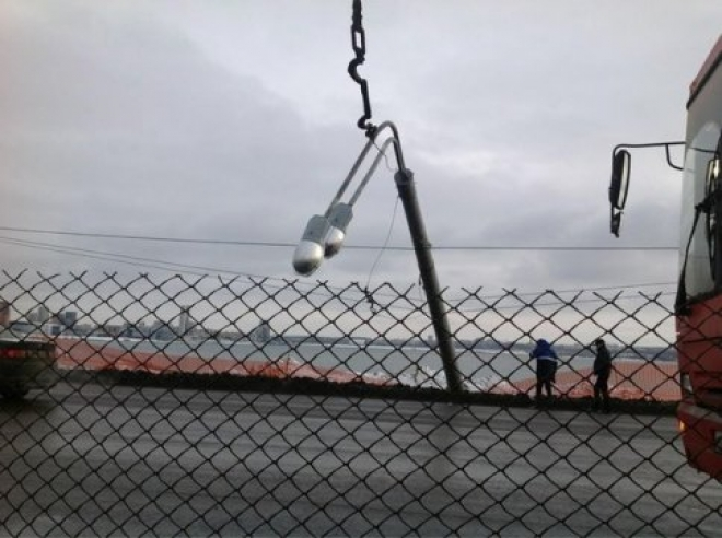 Казань: на Ленинской дамбе вновь упал столб