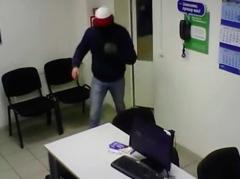 Новости  - Полиция Казани разыскивает парня, совершившего дерзкий налёт на центр выдачи кредитов