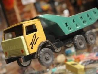 Глава «КАМАЗа» подарил казанскому Музею соцбыта модель детского самосвала