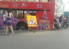 Новости  - 2-этажный экскурсионный автобус провалился в асфальт отремонтированной к Универсиаде улицы