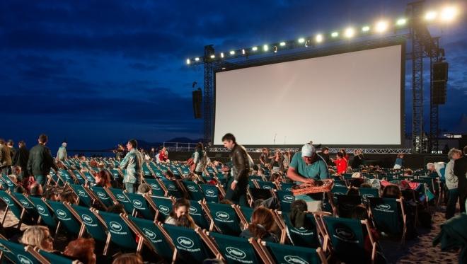 Новости  - На набережной озера Кабан начинаются показы фильмов
