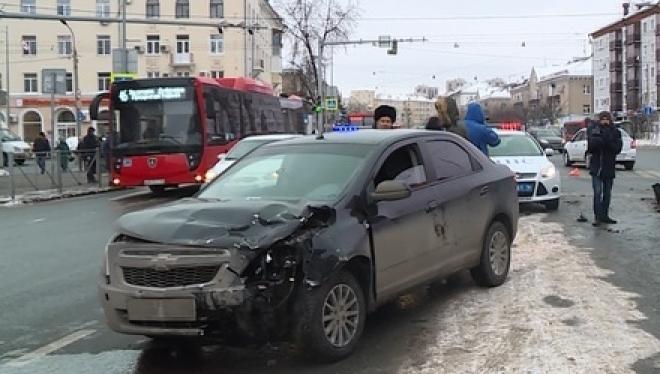 В Казани внедорожник сбил сотрудника ГИБДД на службе