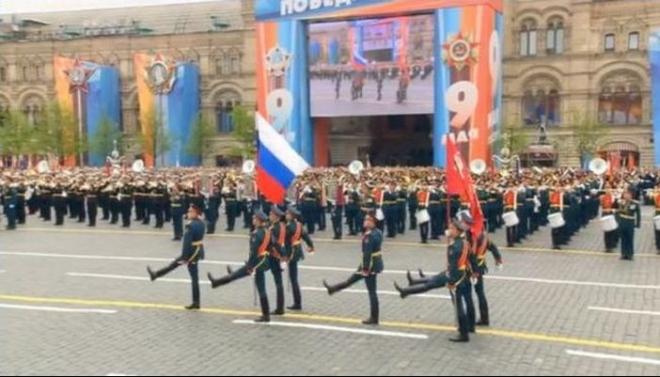 Знамя Победы на Красную площадь вынес житель Татарстана