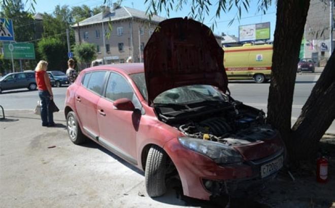 """Женщина на """"Ладе"""" сбила троих человек на тротуаре"""