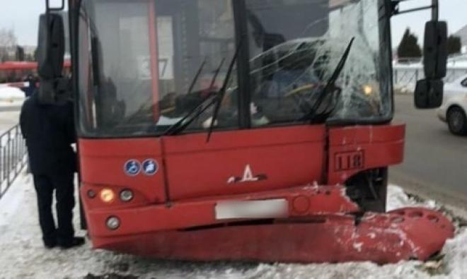 В Казани автобус врезался в столб