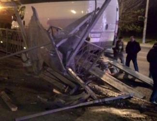 В массовом ДТП на проспекте Победы в Казани разрушена остановка