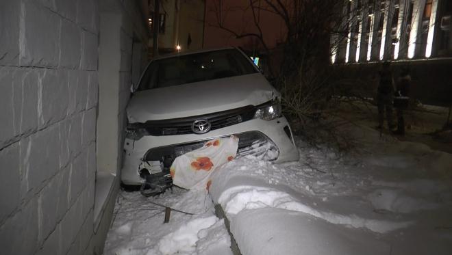 В Казани в жилой дом врезался легковой автомобиль