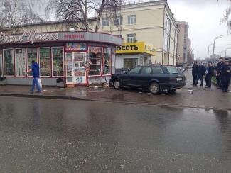 В Казани водитель без прав сбил на тротуаре двух школьниц и сбежал с места аварии