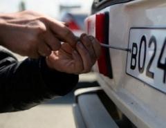 Новости  - В Казани водитель Ford Explorer поменял номера за спиной гаишника