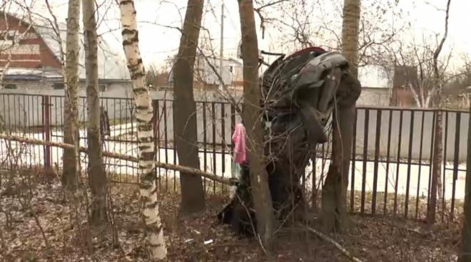В Казани в результате аварии автомобиль застрял в деревьях