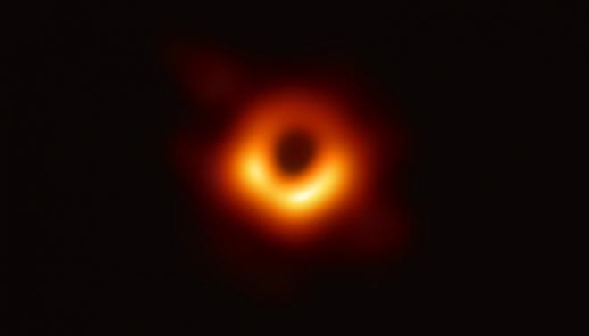 Учёным удалось впервые запечатлеть чёрную дыру