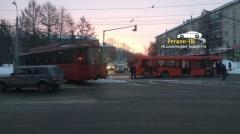 На дороге Казани столкнулись автобус и трамвай