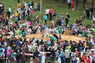 В День республики в Набережных Челнах испекли самый большой пирог в России