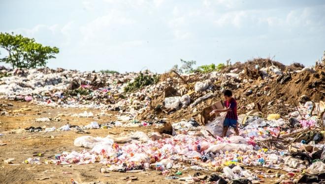На Изумрудном озере собрали десятки мешков с мусором