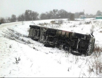 В Татарстане перевернулся грузовик с 20 тоннами семечек